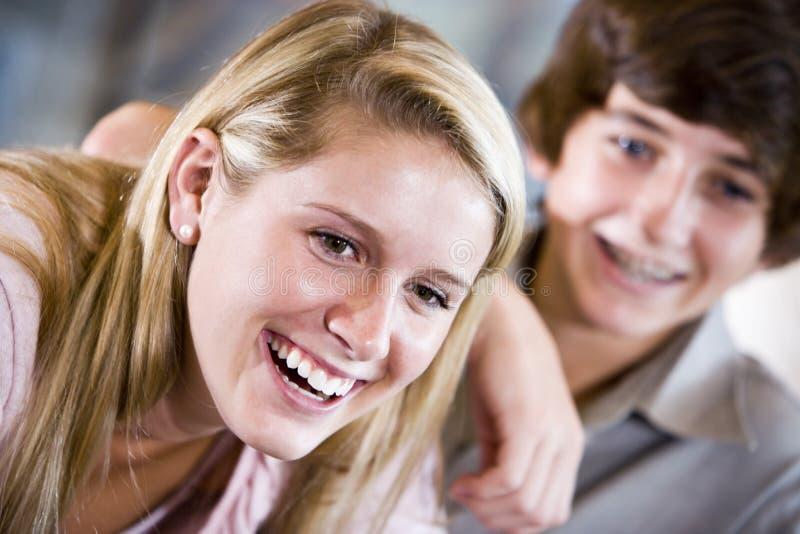 Close-up van tiener het glimlachen met broer stock foto