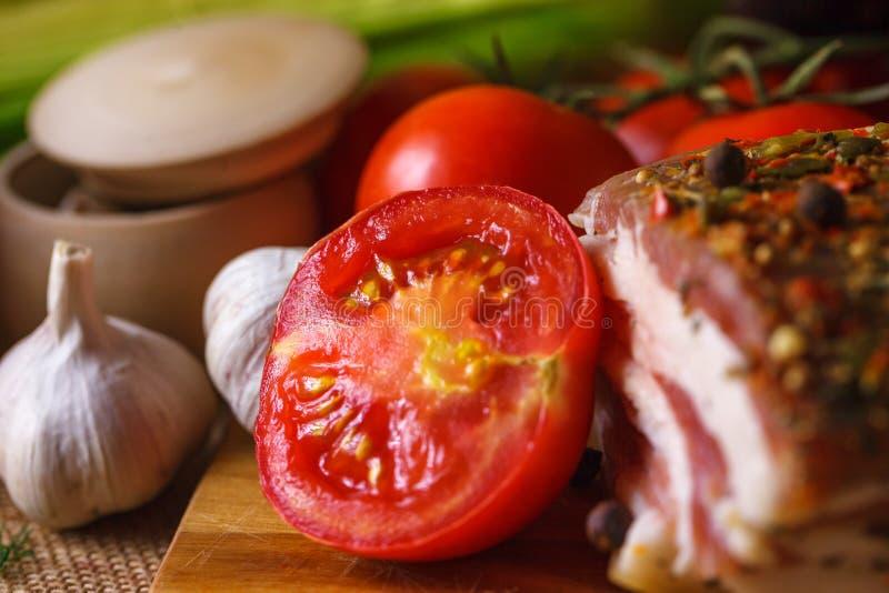Close-up van tomatenknoflook en bacon met kruiden stock afbeeldingen