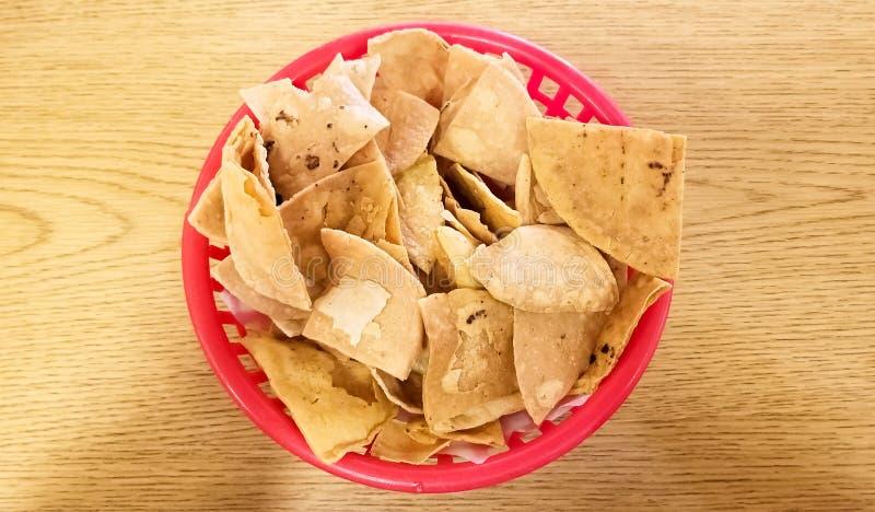 Close-up van totopos, harde tortilla of tortillaspaanders, traditioneel Mexicaans voedsel stock afbeelding
