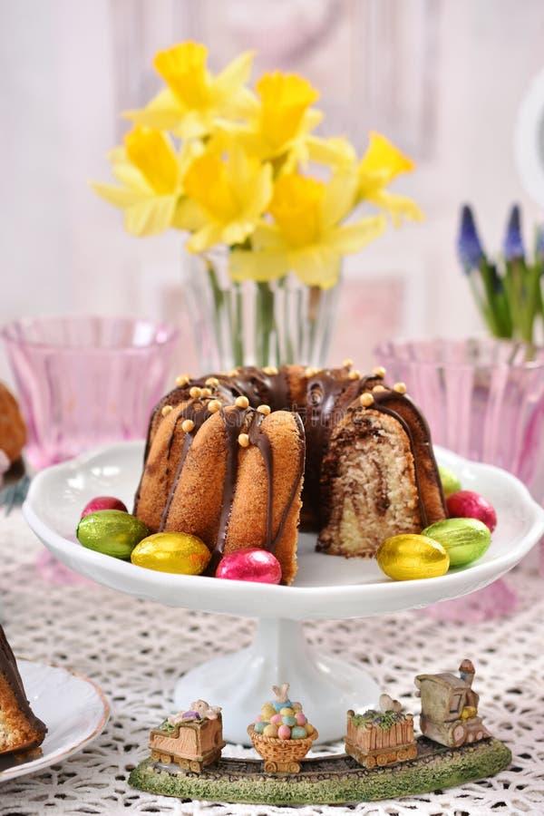 Close-up van traditionele marmeren de ringscake van Pasen op feestelijke lijst stock afbeelding