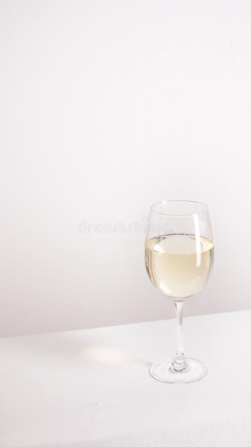 Close-up van transparant duidelijk kristalglas witte wijn royalty-vrije stock foto