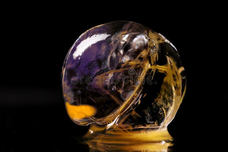 Close-up van transparante hydrogelbal met kleurrijk binnen materiaal stock foto's