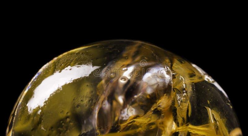 Close-up van transparante hydrogelbal met kleurrijk binnen materiaal royalty-vrije stock fotografie