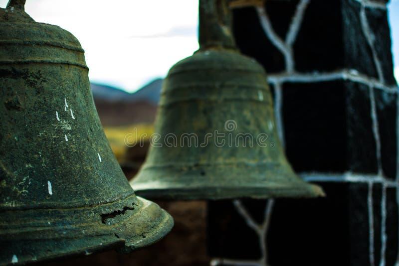 Close-up van twee oude klokken met verslechterende en geroeste details van rustieke kapel op poma Argentinië royalty-vrije stock fotografie