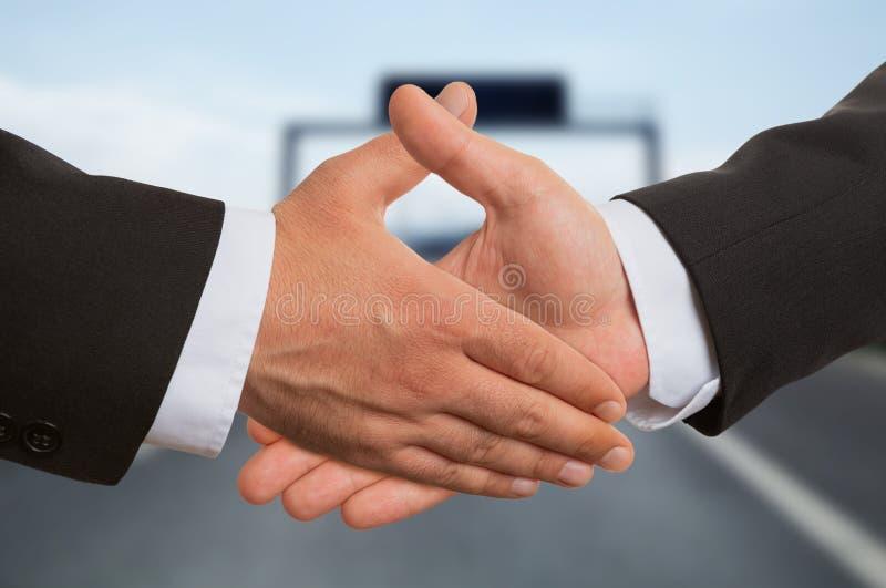 Close-up van twee zakenlieden die handen schudden stock afbeeldingen