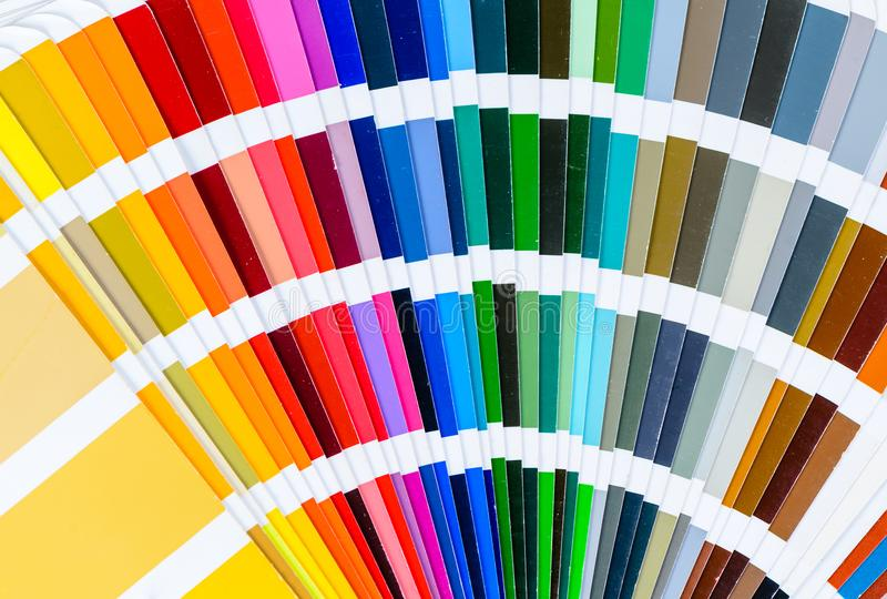 Close-up van uitgespreid kleurengids stock foto's
