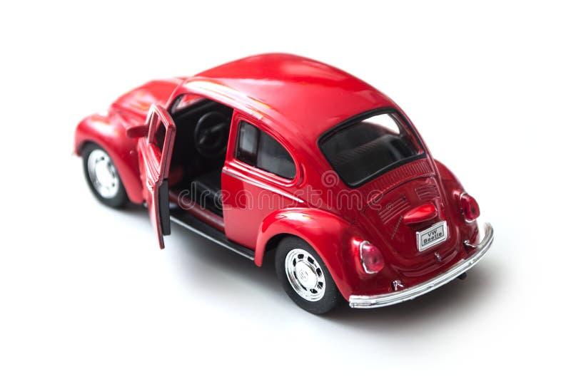 close-up van uitstekend rood miniatuurvolkswagen bettle op witte achtergrond stock afbeelding