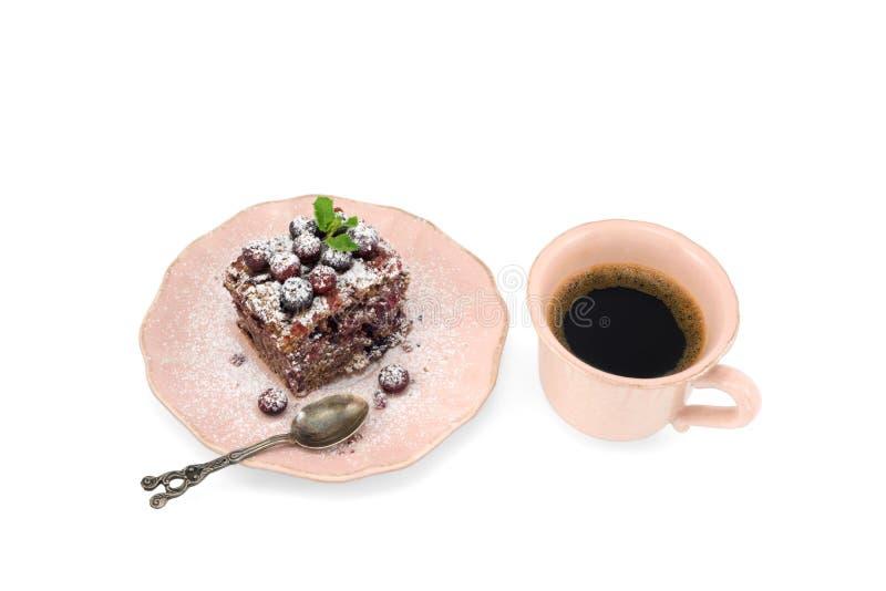 Close-up van uitstekende die kop van koffie en chocoladecake op witte achtergrond wordt geïsoleerd stock afbeeldingen