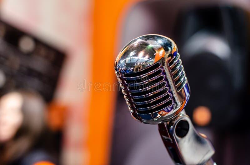 Close-up van uitstekende microfoon stock afbeeldingen