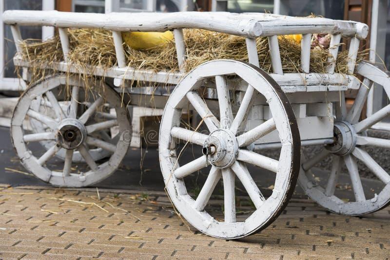 Close-up van uitstekende oude ruwe houten paardkar in stadspark, rustiek retro vervoer royalty-vrije stock fotografie