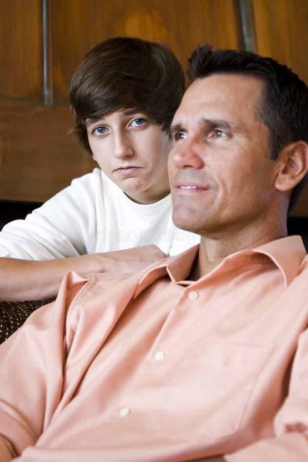 Close-up van vader met tienerzoon thuis royalty-vrije stock foto