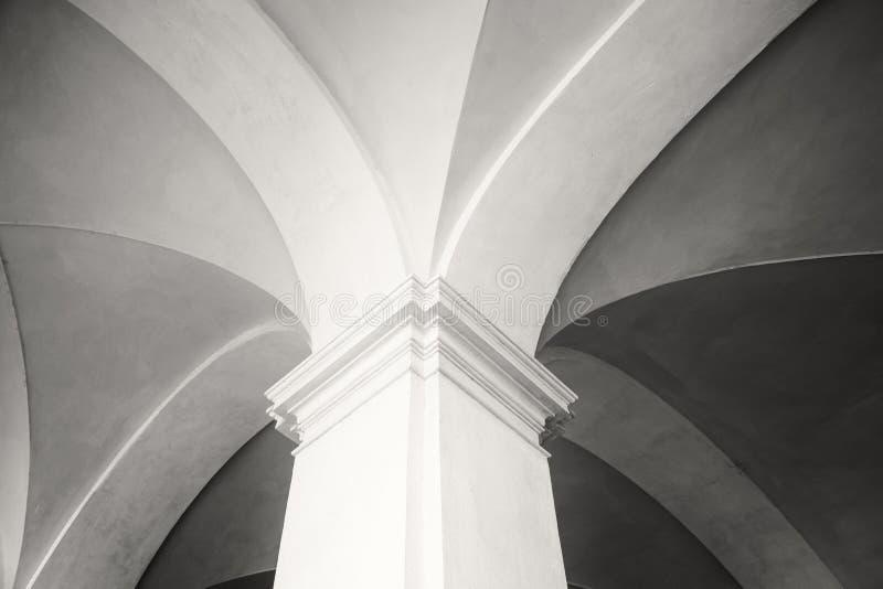 Close-up van a van nieuwe gotische stijlkolom en hoogste deel van arcade in Siena, Toscanië dat & x28 wordt geschoten; zwart-wit  stock afbeelding