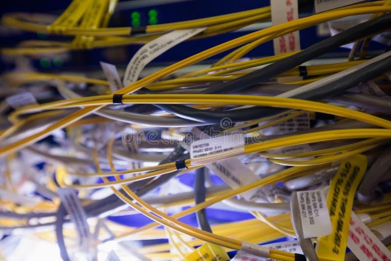 Close-up van verbonden draden van rek opgezette server stock foto