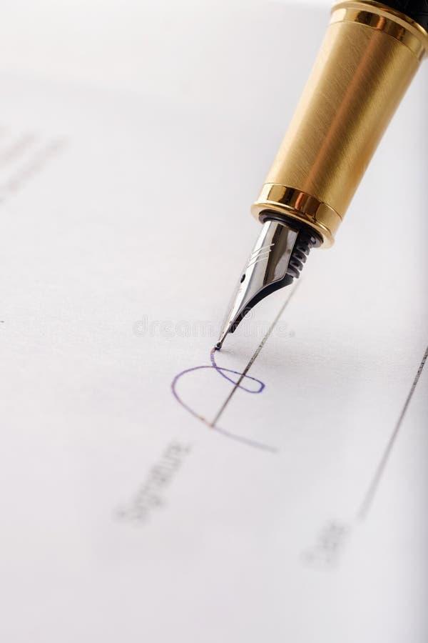 Close-up van vergulde vulpen die contract, document ondertekenen Verticaal beeld royalty-vrije stock foto