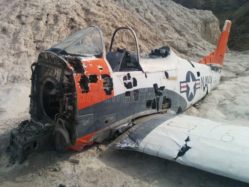 Close-up van verpletterd Marinevliegtuig op kleine woestijnheuvel stock foto's
