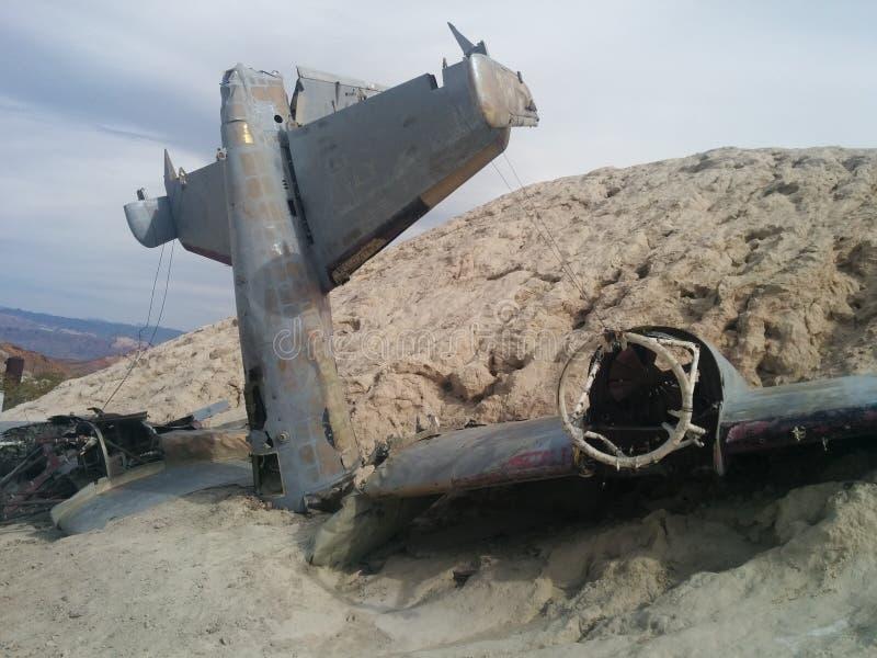 Close-up van verpletterd vliegtuig op kleine woestijnheuvel royalty-vrije stock foto