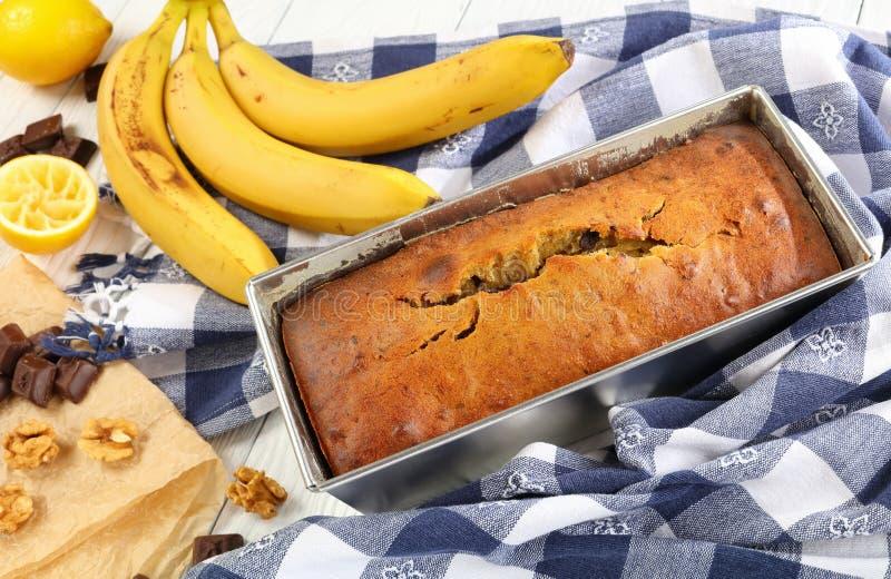 Close-up van vers gebakken banaanbrood stock foto's