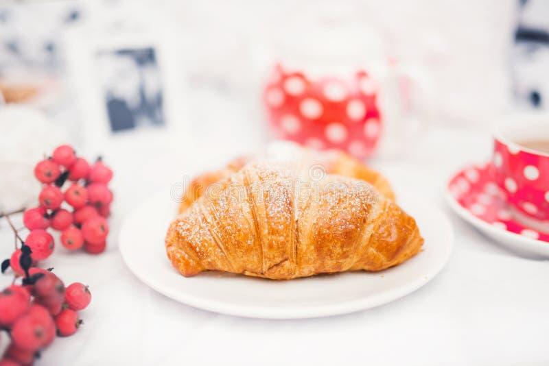 Close-up van vers gebakken botercroissant, snack of ontbijt royalty-vrije stock foto's