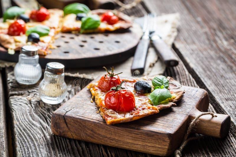 Close-up van vers gebakken eigengemaakte pizza stock afbeelding