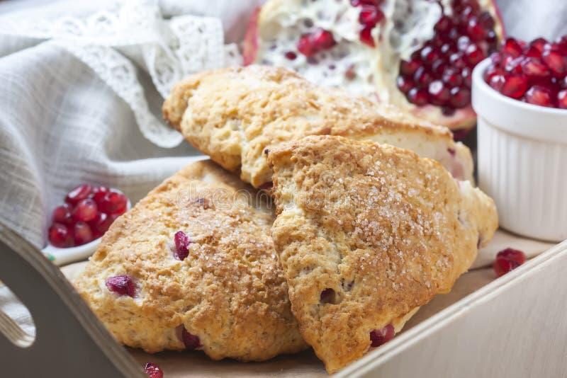 Close-up van vers gebakken scones met granaatappelzaden stock foto's