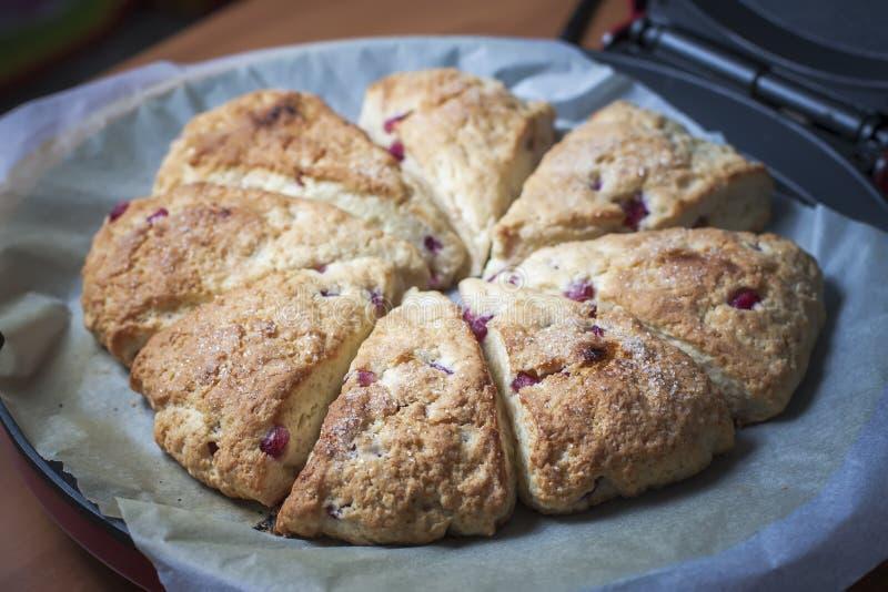 Close-up van vers gebakken scones met granaatappelzaden stock foto