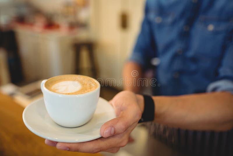 Close-up van verse die koffie door barista bij koffie wordt gediend stock foto's