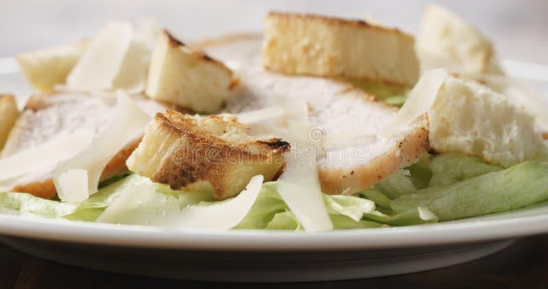 Close-up van verse eenvoudige caesar salade met kip stock afbeelding