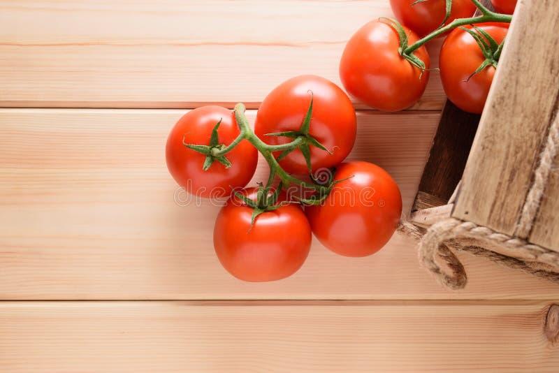Close-up van verse, rijpe tomaten op houten achtergrond Hoogste mening stock foto