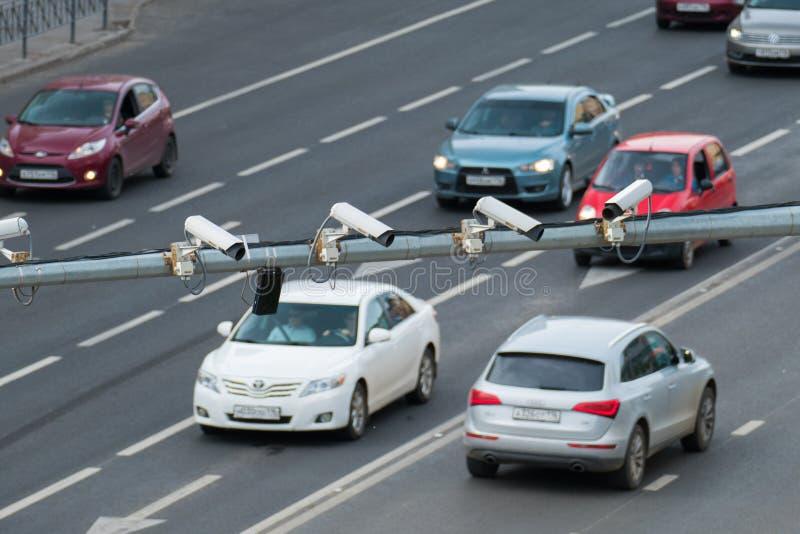 Close-up van vier kabeltelevisie van het de cameratoezicht van de verkeersveiligheid op de weg in de grote stad stock foto's