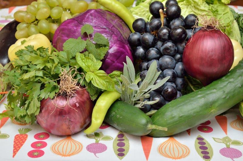 Close-up van violette en groene gezonde groenten en vruchten royalty-vrije stock afbeelding