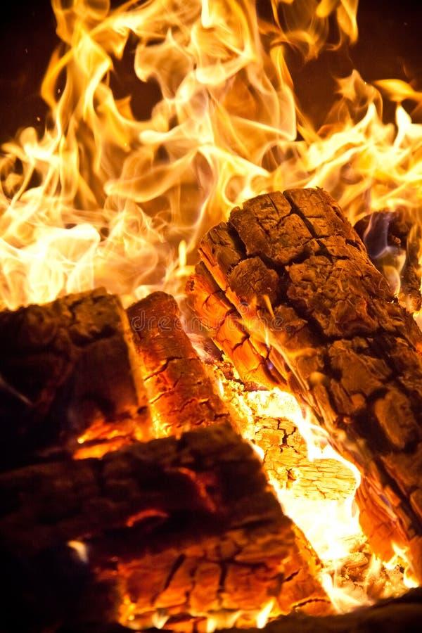 Het logboek van het close-up het houten branden royalty-vrije stock foto