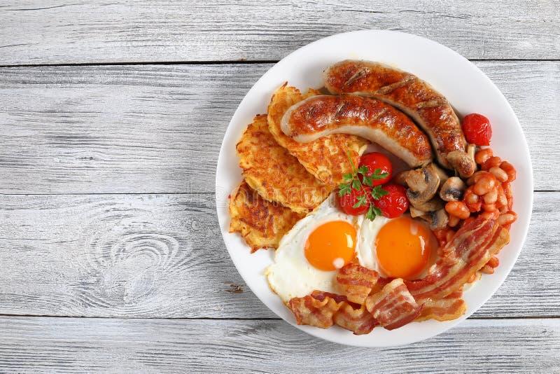 Close-up van volledig Engels ontbijt op plaat stock afbeeldingen