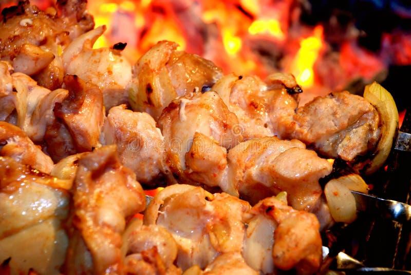 Close-up van voorbereiding een shish kebab op brand stock fotografie