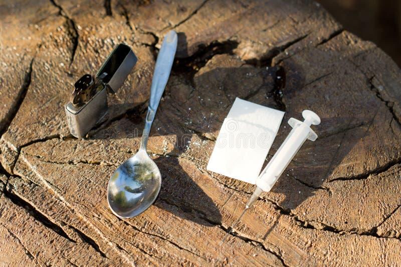Close-up van voorwerpen, symbolen van drugsverslaving stock afbeelding