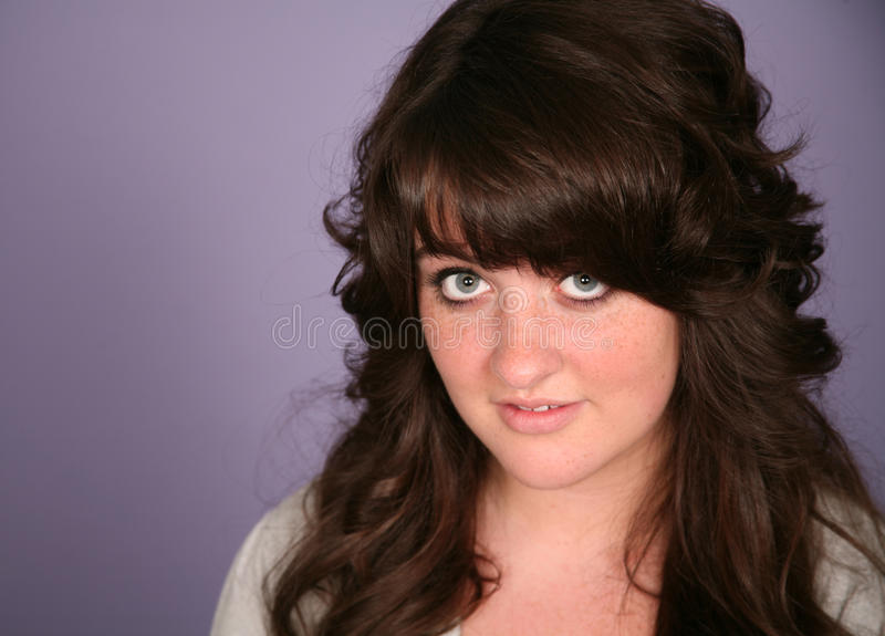 Close-up van vrij donkerbruin tienermeisje royalty-vrije stock afbeeldingen