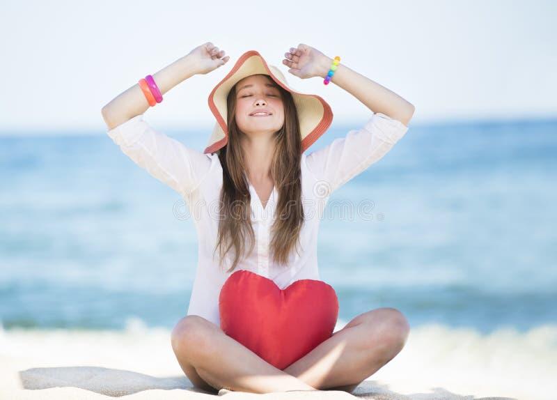 Close-up van vrij jonge glimlachende vrouw met stuk speelgoed hart stock afbeelding
