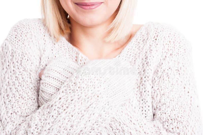 Close-up van vrouw die warme sweter met gekruiste wapens dragen royalty-vrije stock fotografie
