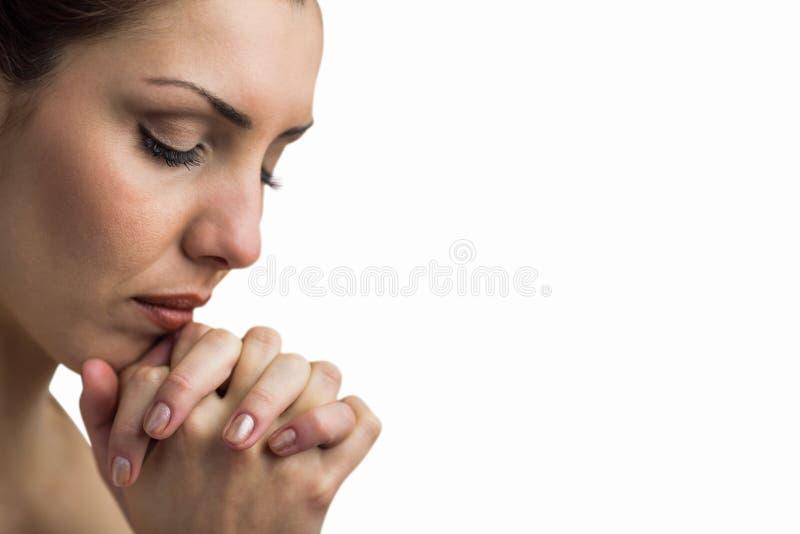 Close-up van vrouw het bidden met gesloten ogen stock afbeeldingen