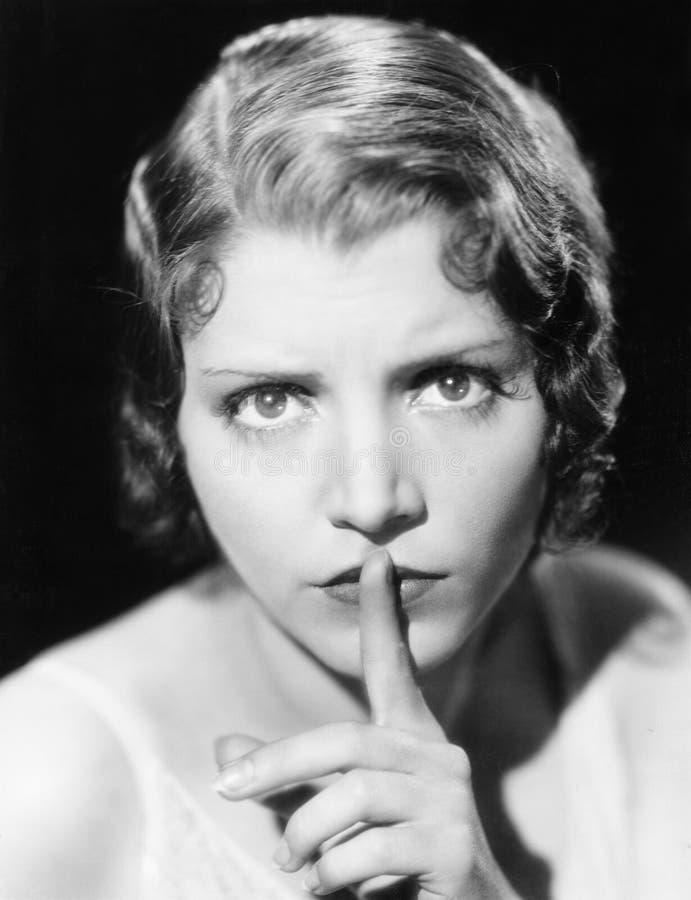 Close-up van vrouw het doen zwijgen (Alle afgeschilderde personen leven niet langer en geen landgoed bestaat Leveranciersgarantie stock fotografie
