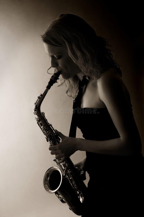 Close-up van vrouw het spelen saxofoon, gestemd sepia. royalty-vrije stock afbeelding