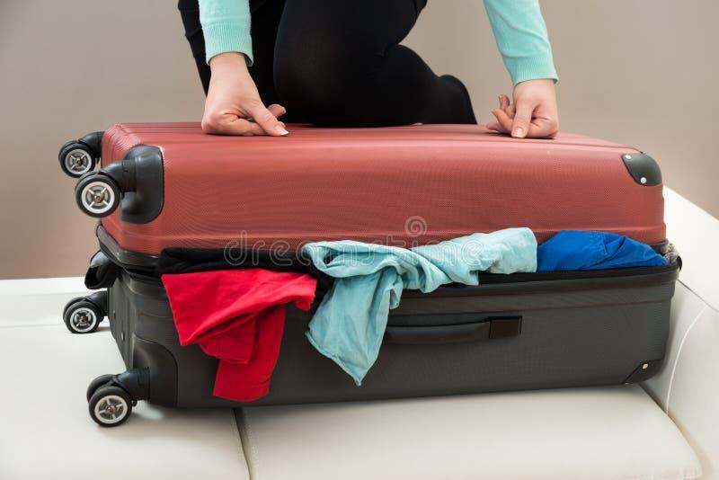 Close-up van vrouw met koffer stock fotografie