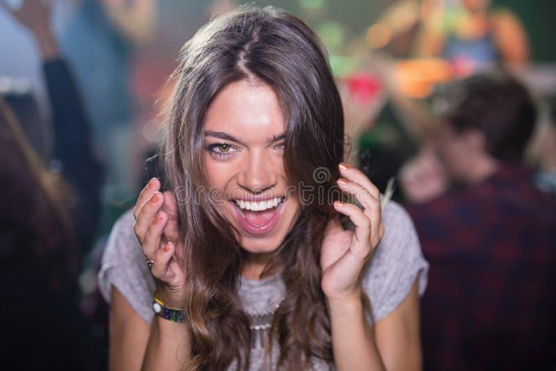 Close-up van vrouw met mond open in nachtclub stock afbeeldingen