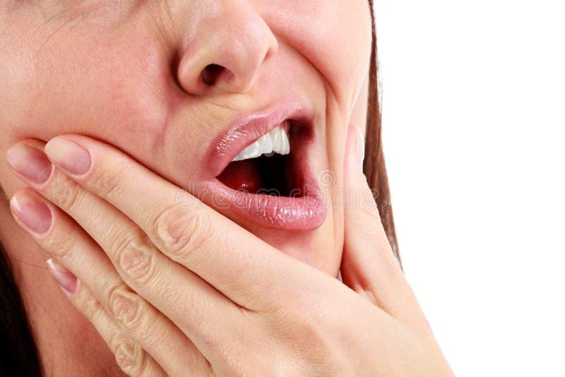 Close-up van vrouw in sterke tandpijnpijn stock fotografie