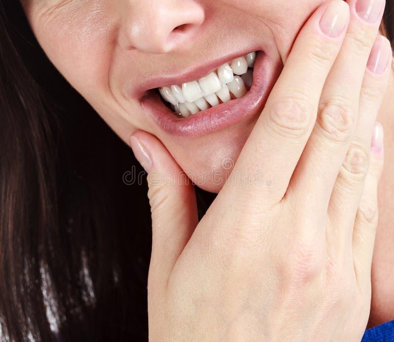 Close-up van vrouw in sterke tandpijnpijn stock foto's