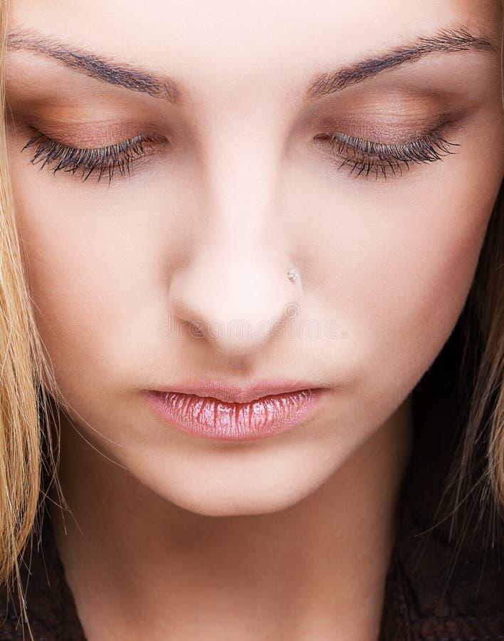 Close-up van vrouwelijk gezicht met gesloten oog stock fotografie