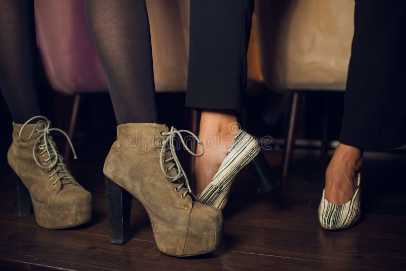 Close-up van vrouwelijke benen die op de dansvloer dansen stock foto's