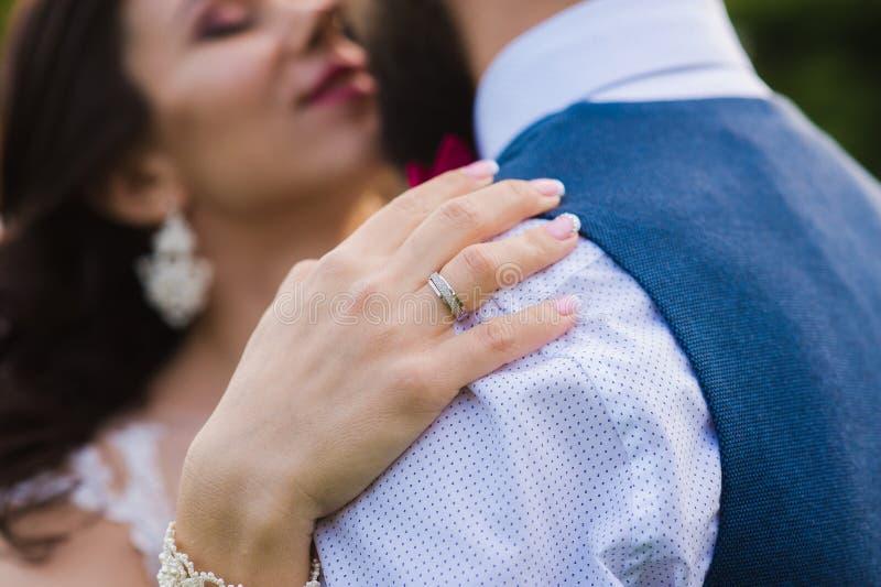 Close-up van vrouwelijke hand met een mooie ring royalty-vrije stock foto