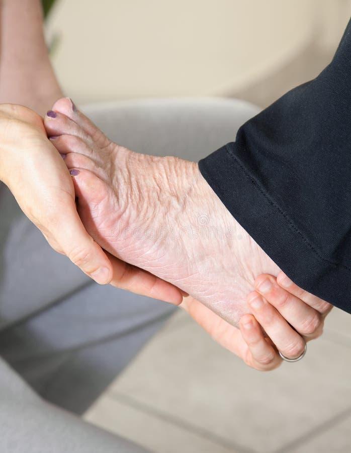 Close-up van vrouwelijke handen die voetmassage doen stock foto