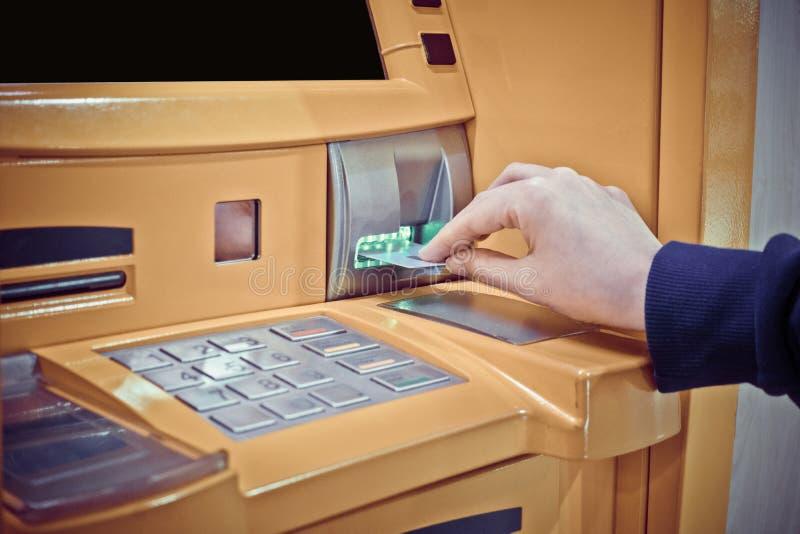 Close-up van vrouwen` s hand die debetkaart opnemen in ATM machin royalty-vrije stock foto's