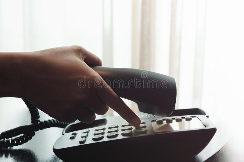 Close-up van Vrouwen` s Hand die een Telefoon binnenshuis of Hotelnea gebruiken royalty-vrije stock fotografie